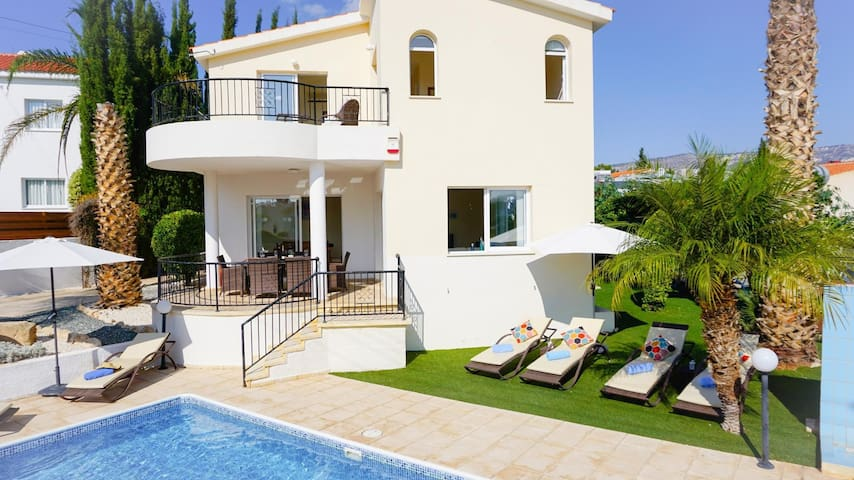 Villa Soraya I (Coral Bay) - Beautiful Villa with Private Pool, BBQ and Free WIFI - Only 600 Meters from Coral Bay Strip