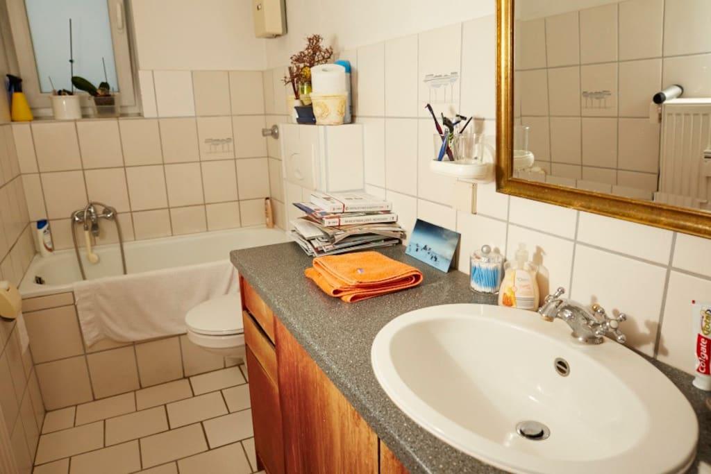 Bad mit Fenster, Fön und Handtücher.