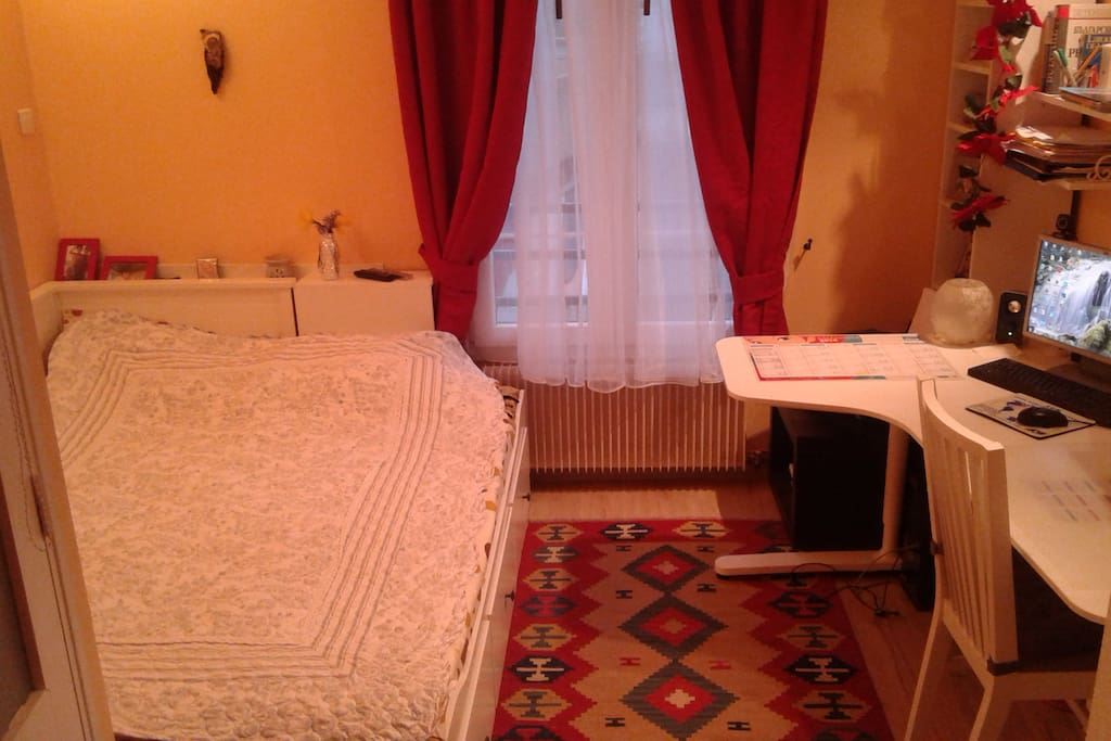 Chambre avec lit 160x200, avec grand bureau, TV et accès à la salle de bain, grande armoire