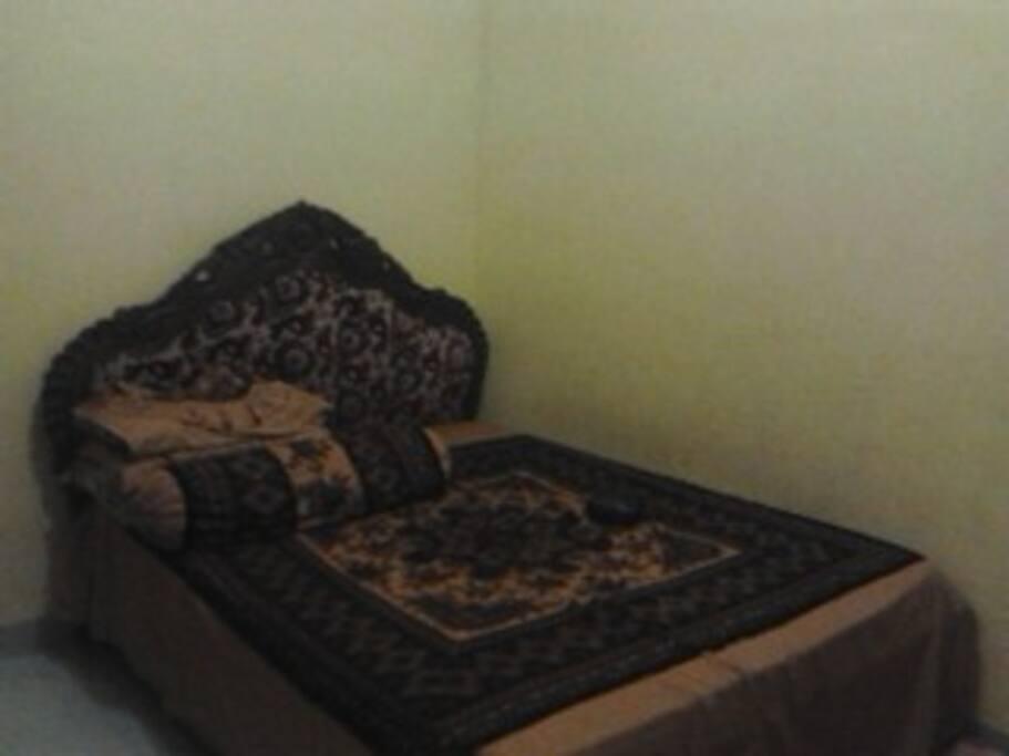 kamar tidur 2 ada 1 ranjang double