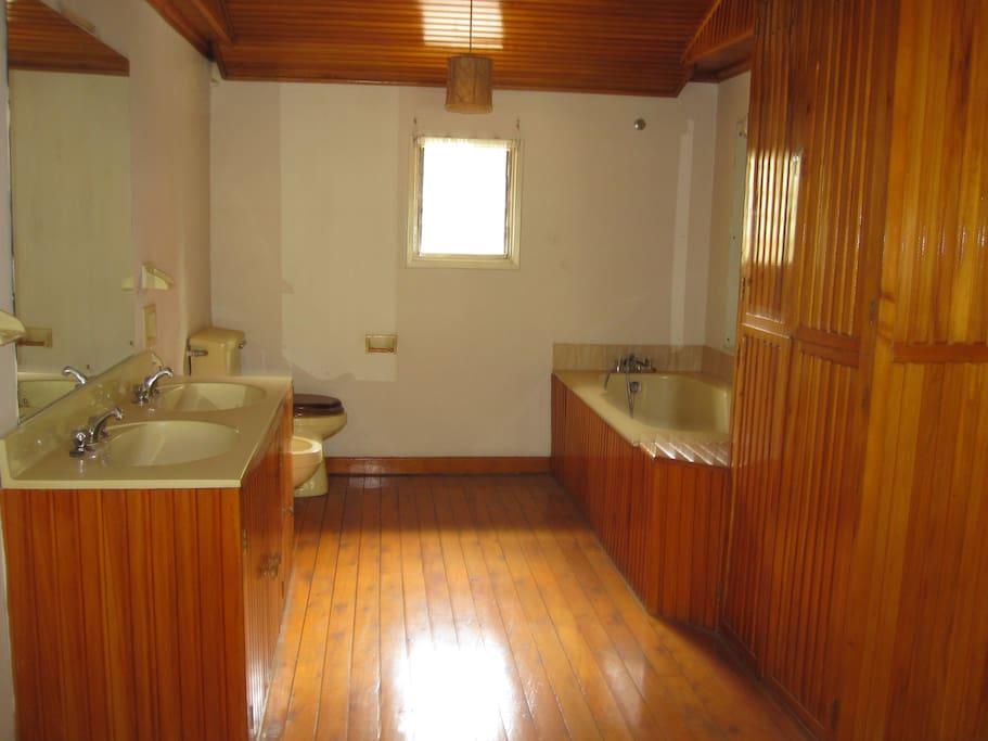 Spacious bathroom ..