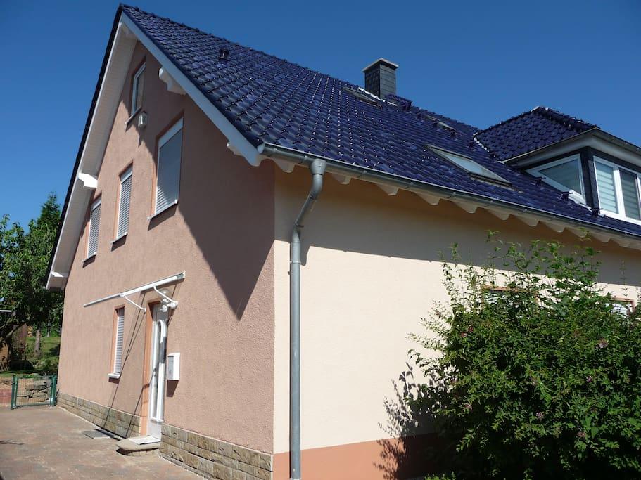 Separater Hauseingang mit eigenem Pkw-Stellplatz