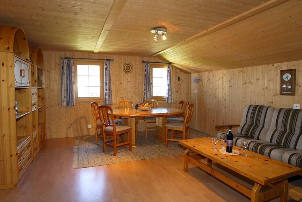 Gemütliches Wohnzimmer mit grossem Fernseher.