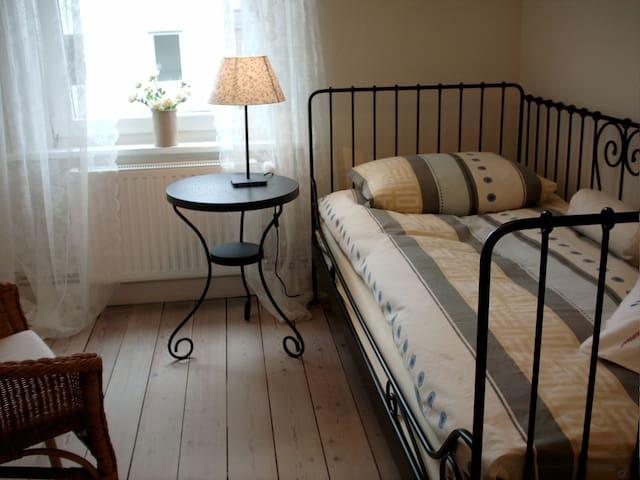 Ruhiges Zimmer mit eigenem Bad Nähe Holstentor - Любек - Дом