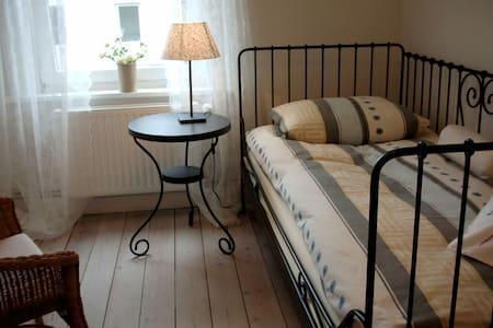 Ruhiges Zimmer mit eigenem Bad Nähe Holstentor