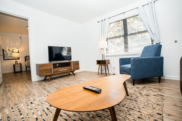 Special! 2 King Bedroom Condo Minutes to Broadway!