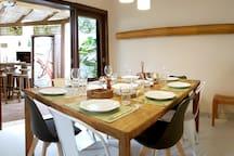 Sala e mesa de jantar.