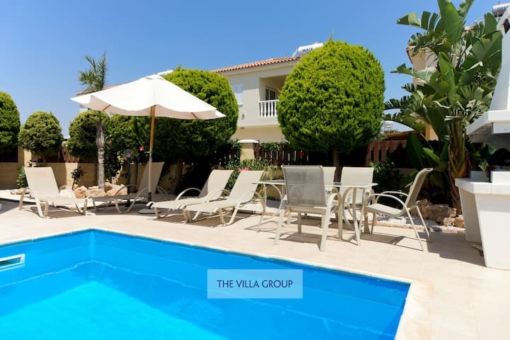 2 bedroom villa stones throw from the sea