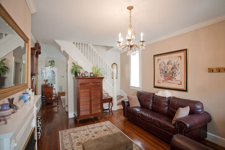 """Shabby Chic"" Row Home - 2 Bedrooms - Baltimore - Huis"