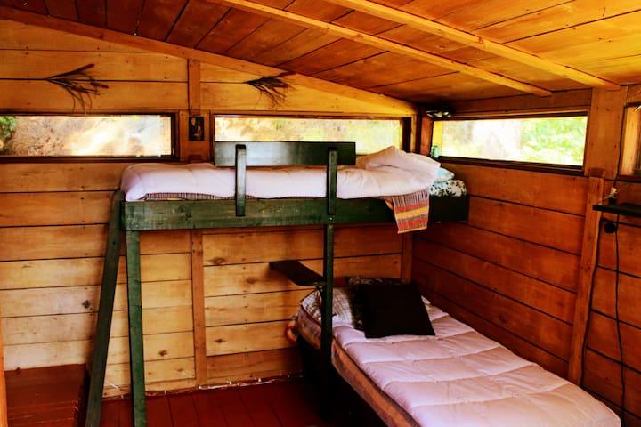 La chambre de la rallonge et ses deux lits simples.