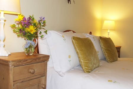 The Yellow Room - a comfortable and airy double en suite room