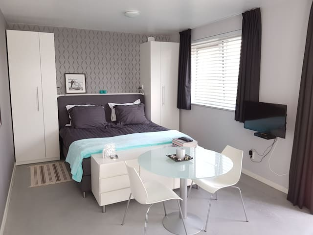 Quiet,luxurious studio near flowerfields and beach