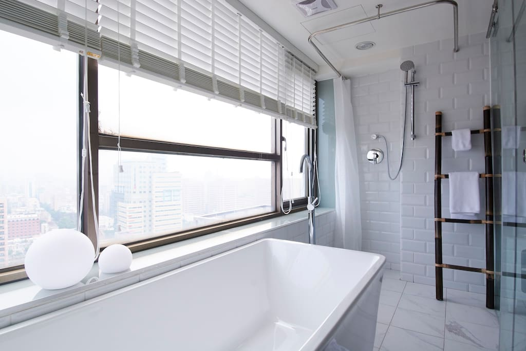 in-room bathtub with panorama city view