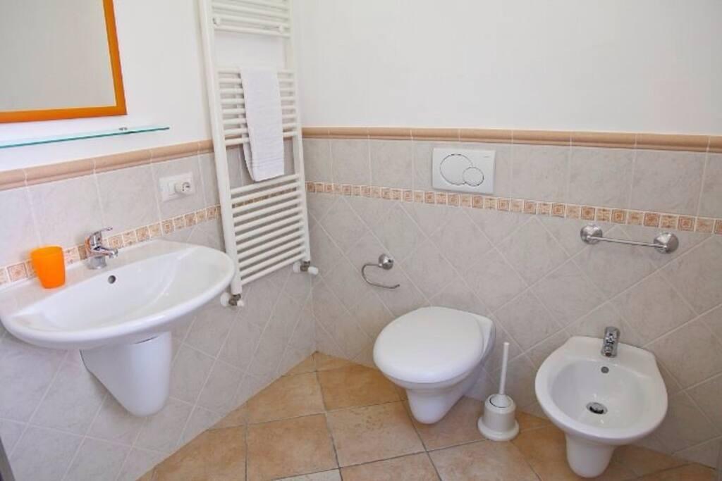 Bagni con servizi sospesi per una maggiore igiene.