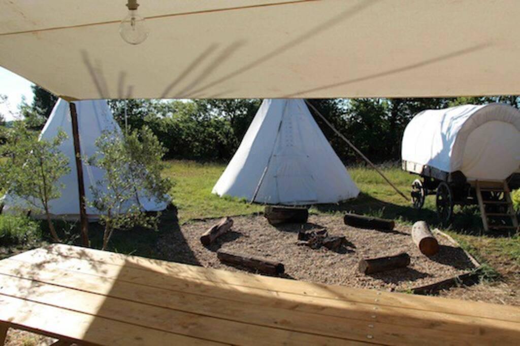Le campement est organisé autour d'un placette pour des veillées auprès du feu.