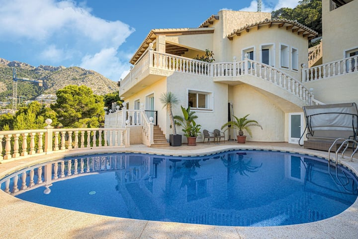 Villa with exceptional panoramic views, private pool in Altea Hills