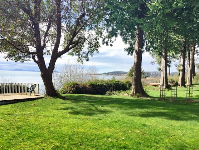 Sunset View Waterfront Home with Private Beach - Lummi Island - Haus
