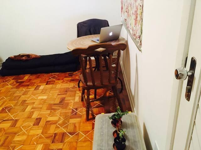 sala / espaço para até 2 colchões no chão
