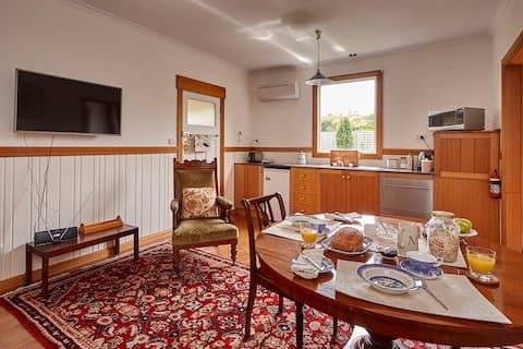 Box Cottage Apartment - Inviting Garden Getaway.