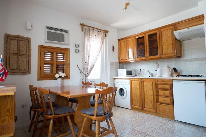 Nær sentrum, praktisk leilighet, 2 balkonger, wifi - Foça - Apartment