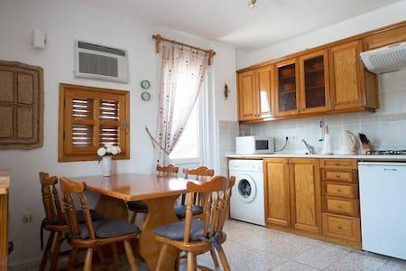 Nær sentrum, praktisk leilighet, 2 balkonger, wifi - Foça