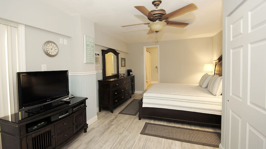 Studio with King Size Bed, Microwave, Refrigerator,  Flat Screen TV, Bathroom, Shower with Tub