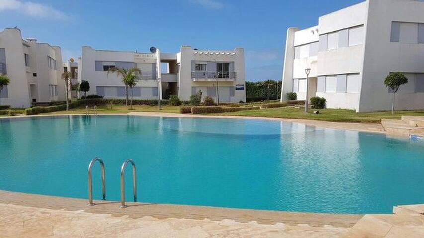 Bel appartement à double vue (piscine et mer)