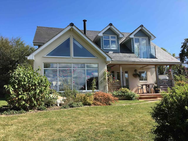 Cowes family home 3 mins walk from Gurnard Beach.