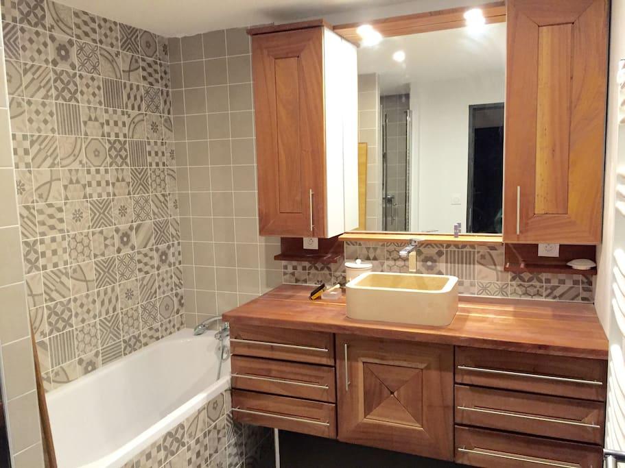 Salle de bains (baignoire + douche)