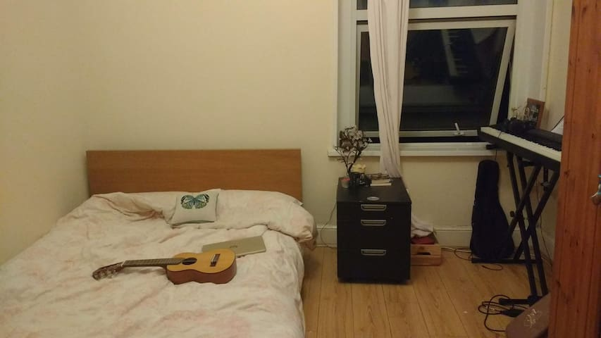 Cosy room in shared house in Canton area
