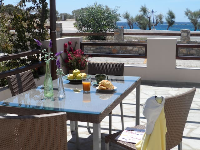 New listing! Beachfront Residence in Syros - Megas Gialos - Huis