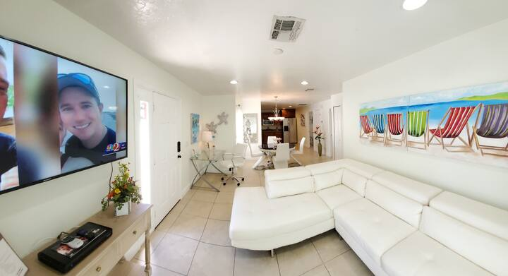 Airy Stylish Apartment- Near Attractions
