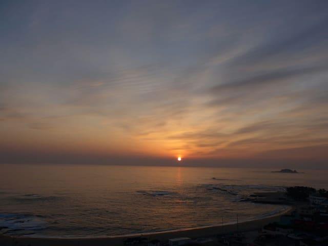 에메랄드빛바다와 은빛파도.. 일출부터 일몰까지 침대위에서 감상할수있는 힐링하우스