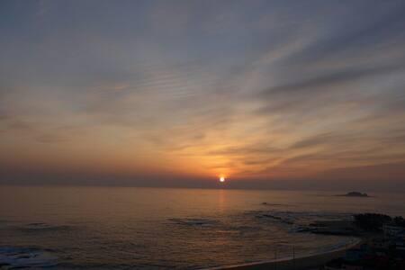 에메랄드빛바다와 은빛파도.. 일출부터 일몰까지 침대위에서 감상할수있는 힐링하우스#아야진#