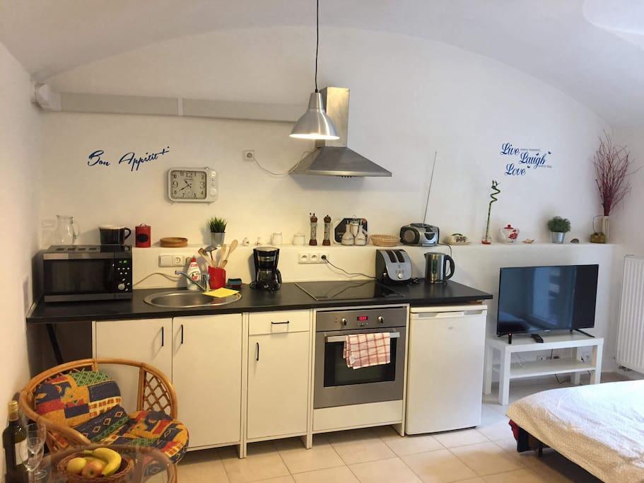 Kuchyňská část s obyvacím prostorem.