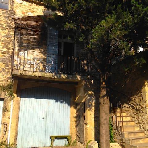 Petit château proche du Pont du Gard. - Domazan - Slott