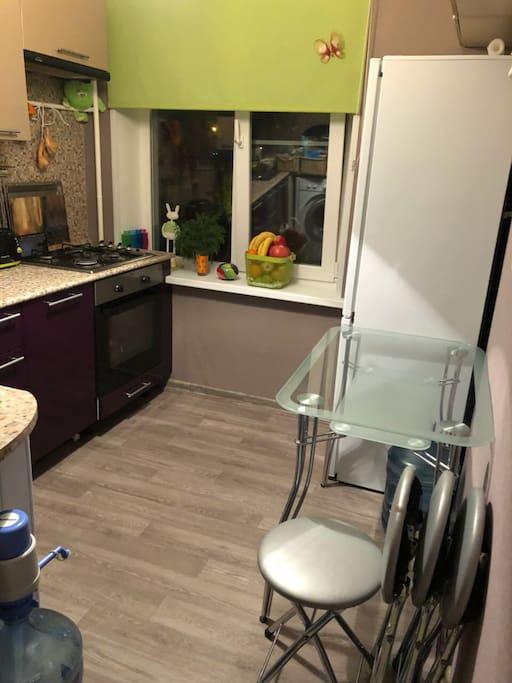 На кухне есть холодильник, микроволновая печь, посудомоечная машина, электрический чайник, очиститель воды