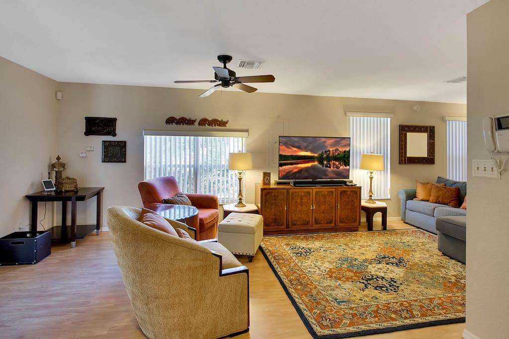 Warm laminate floors and seating for 6 guests in the 1st living room.