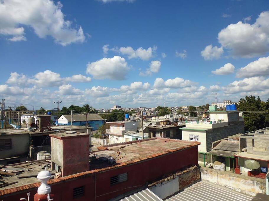 The beautiful blue of the sky in Cuba, where else?. El bello azul del cielo en Cuba, ¿dónde sino?.