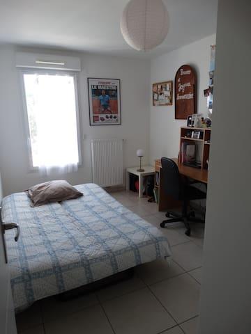 Chambre avec clic-clac dans appartement chaleureux