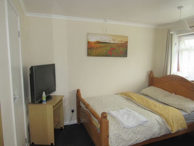 Comfy & Practical Home with TV & Wifi-Deluxe Room