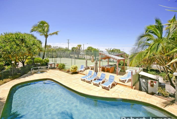 Beautiful Townhouse Across The Road From The Beach - Sunrise Beach