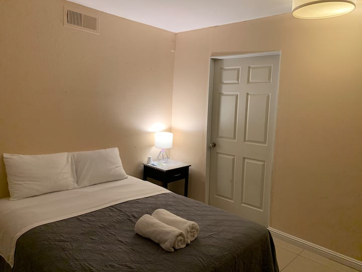 .Two Rooms+Private Bath+Parking+Private Entrance