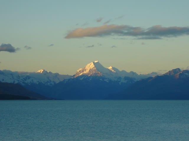 Mt Cook Lake, 10 minutes drive Lak