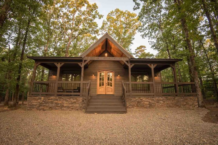 LUXE Modern 1 Bedroom Studio Cabin minutes away from Beavers Bend!