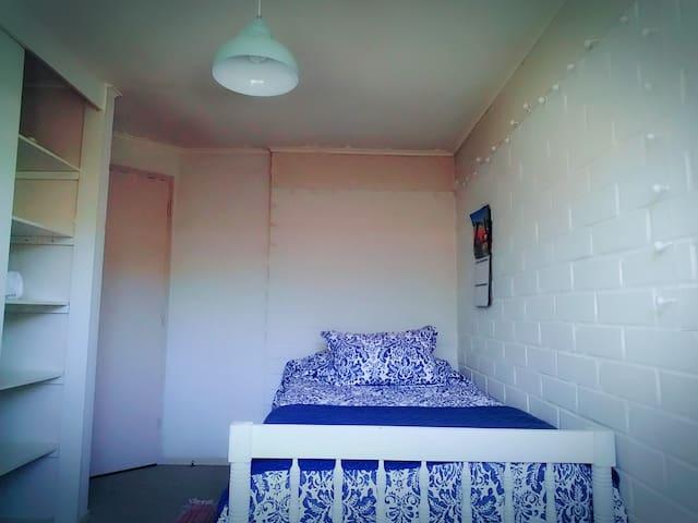 Cómodo dormitorio individual en casa de una planta - Los Angeles