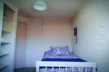 Cómodo dormitorio individual en casa de una planta - Los Angeles - Ev
