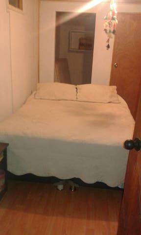 Habitación independiente con baño privado.