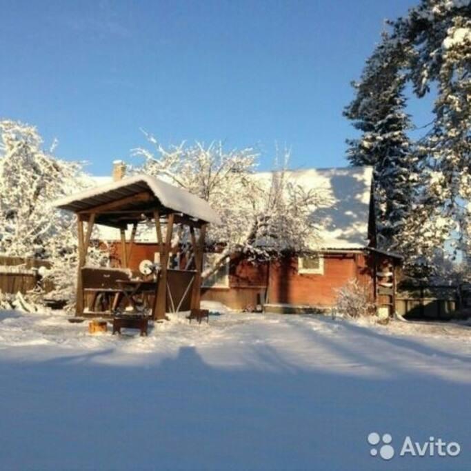 Беседка. И свободный участок для всяких зимних забав.