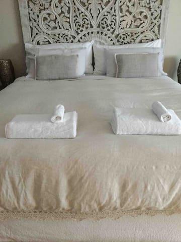 Super comfy king size bed . Pure linen sheets ,plush mattress topper .